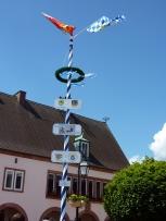 Bayerischer Maibaum im elsässischen Rittershoffen